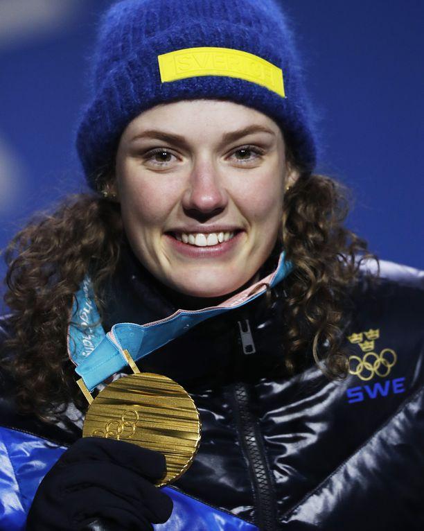 Hanna Öberg on yhtä hymyä voitettuaan olympiakultaa ampumahiihdon 15 kilometrin normaalimatkan Etelä-Korean talviolympialaisissa 16.2.2018.