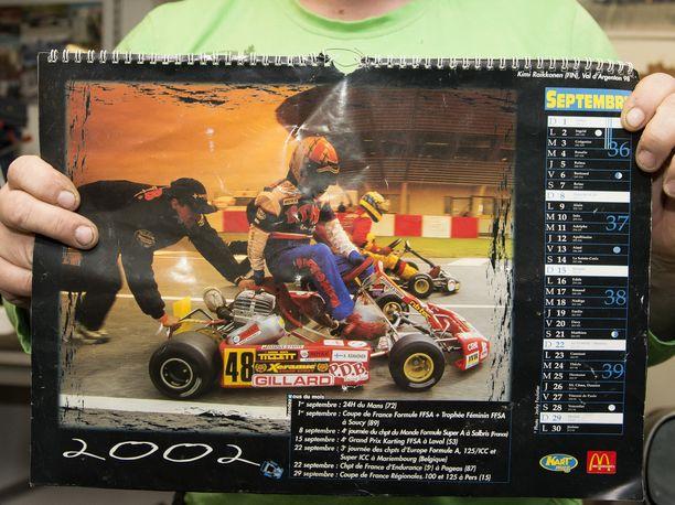Tuttu näky 1990-luvun lopulta: Kalle Jokinen työntää auton liikkeelle, ja Kimi Räikkönen hyppää kyytiin.