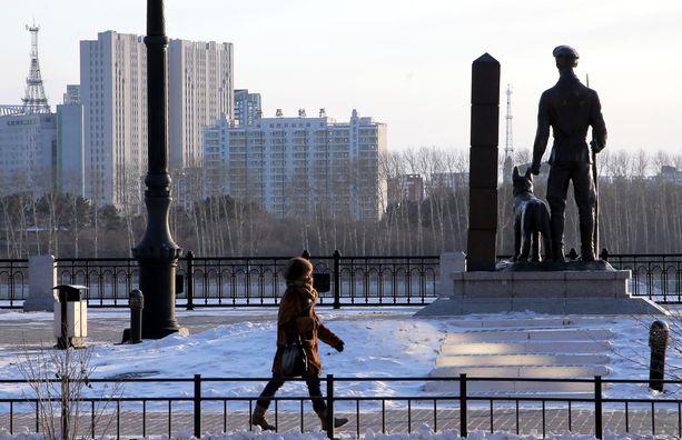 Kiinalainen Heihen kaupunki näkyy Amurjoen toisella puolella Blagoveshsenskin rajakaupungissa. Venäjä on rajoittanut rajnaylityksiä koronaviruksen takia.