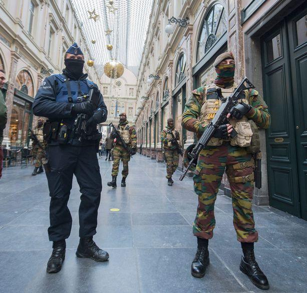 Brysselin katukuva on muistuttanut paikoitellen sotatannerta. Aseistautuneita joukkoja on jatkuvast eri puolilla kaupunkia.