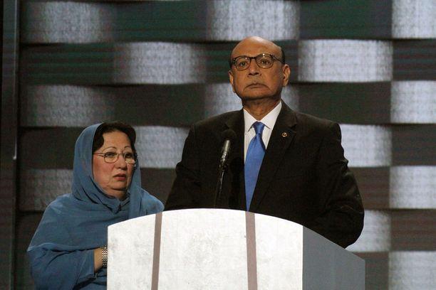 Kuolleen muslimisotilaan vanhemmat esiintyivät republikaanien puoluekokouksessa heinäkuussa 2016.