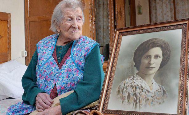 Emma Morano kuvattuna kotonaan Italian Piemontessa viime vuoden toukokuussa. Vierellä olevassa vanhassa valokuvassa näkyy Morano nuorempana.