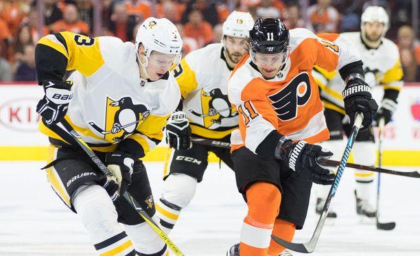 Pittsburgh Penguinsin Olli Määttä (vas.). Kuvassa Määttä ottelussa Philadelphia Flyersia vastaan 18.4.2018.