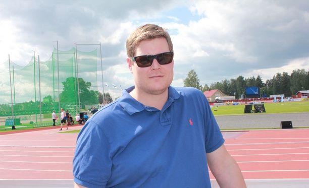 Olli-Pekka Karjalainen seurasi Elittikisojen moukarikisaa silmä tarkkana.
