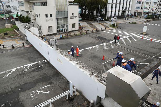Tulvaportit Nagoyassa suljettiin Jebin lähestyessä tiistaina.
