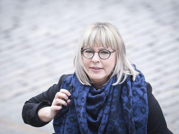 Ministeriö tulee kotimaisen suojavarusteiden tuotannon käynnistämistä miljoonilla. Ministeri Aino-Kaisa Pekonen kuvattuna 4. toukokuuta Helsingissä.