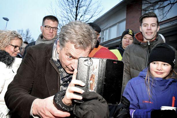 Tasavallan presidentti Sauli Niinistö sai suorastaan hurmioituneen vastaanoton junakiertueensa välietapilla Ylivieskassa joulukuun alussa.