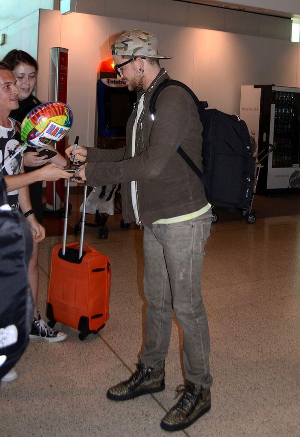 Adam Lambert sai Sydneyn lentoasemalla faneilta lahjoja ja ilmapalloja.
