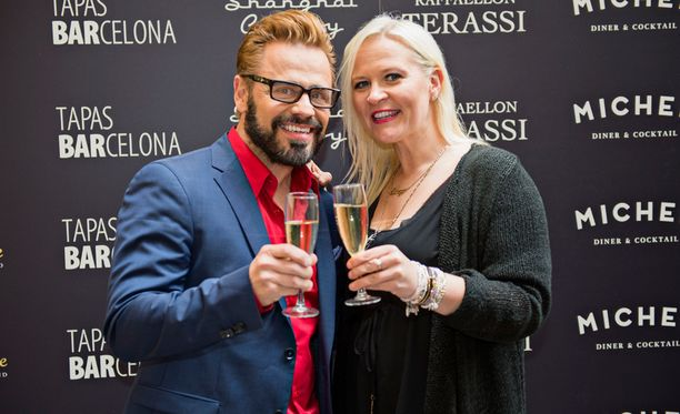 Kuukausi sitten Teuvo Loman ja Sunneva Kantola juhlivat iloisella mielellä Mummotunnelin avajaisia Helsingissä. Pariisin matkan viimeinen ilta ei osoittautunut yhtä hilpeäksi.