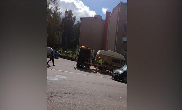 10-vuotias Sini todisti pelottavaa tilannetta eilen Helsingin Kannelmäessä, kun mies riehui puukon kanssa kadulla.