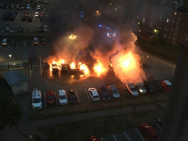 Autoja poltettiin Göteborgin Frölundassa kesällä 2018. (Vanha lukijan kuva)