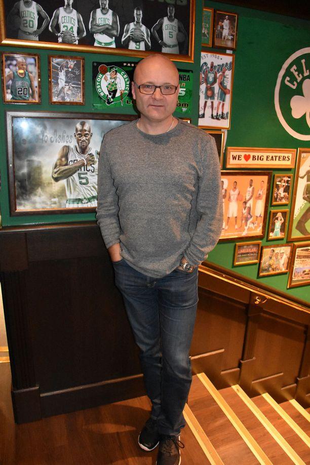 Urheilutoimittaja Tapio Suominen edusti torstaina OŽLearys Bakers -sporttibaarin avajaisisssa Helsingissä.