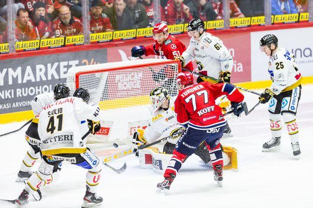 Otto Paajasen (kuvan ulkopuolella) tekemän HIFK:n 2–0-maalin syntymistä todistaa läheltä syöttöpisteen saanut Teemu Turunen. Kärppien maalivahti Patrik Rybar ei voi mitään.