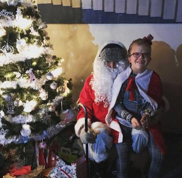 Alexandra Kiviaho pääsi joulupukin syliin viime syyskuussa järjestetyssä joulujuhlassa.