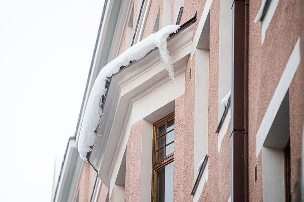 Kerrostalojen katoille on satanut painavia lumimassoja.