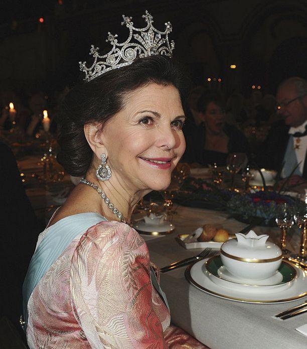 KOKENUT Kolme lasta ja vuosikymmeniä kuningattarena – Silvialta löytyy ohjeita raskaana olevalle kruununprinsessalle.