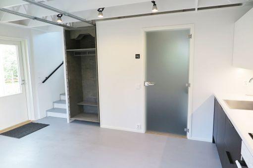 Portaat yläkertaan, vetokaappi, käynti kylpyhuoneeseen ja tupakeittiö.