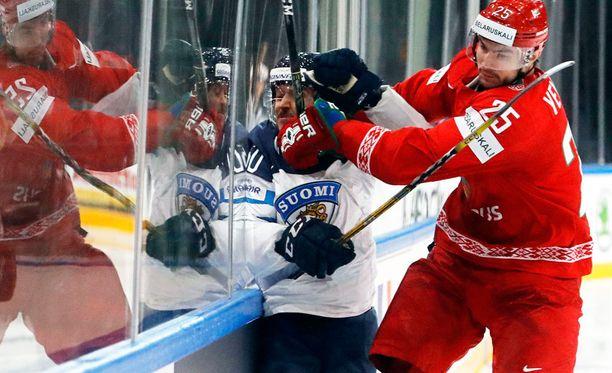 Valko-Venäjän Oleg Jevenko puristi eilen Juhamatti Aaltosen laitaan kiinni.