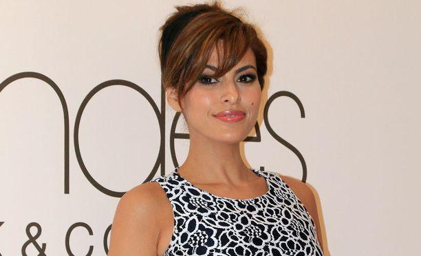 Mendes on tehnyt urallaan myös mallin töitä. Hän on esiintynyt muun muassa Calvin Kleinin hajuvesimainoksessa.