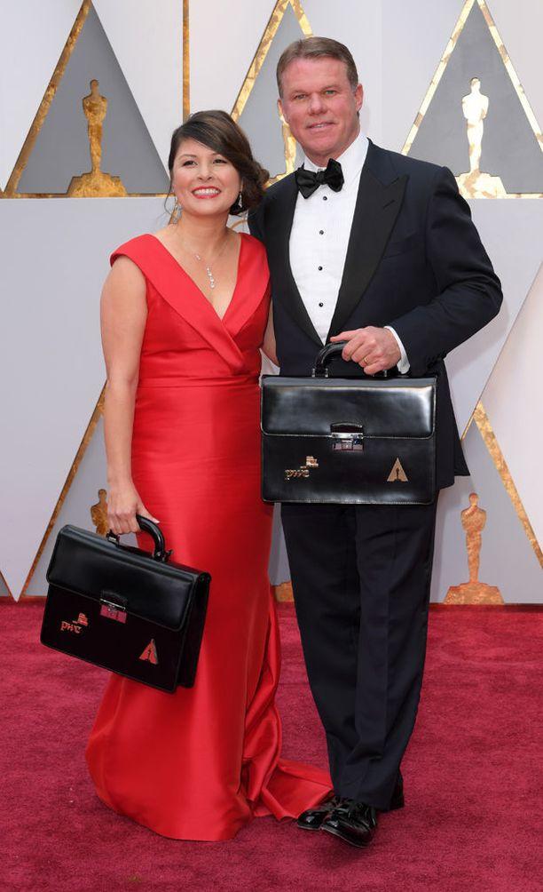 Martha Ruiz ja Brian Cullinan kantoivat voittajakuoria mukanaan punaisella matolla.