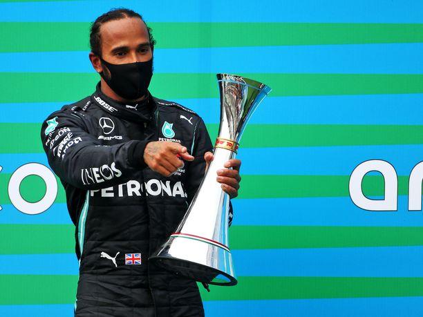 Lewis Hamilton nappasi tutun paikan MM-pistetaulukossa.