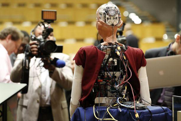 Sophian suunnitelleen David Hansonin mukaan robotti ymmärtää puhetta, näkee ympäristönsä ja osaa tulkita ihmisten kasvojen ilmeitä.