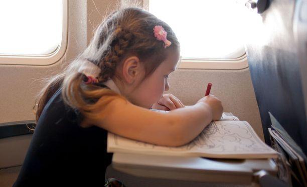 Uusi lelu tai vaikkapa puuhakirja voi pelastaa niin lapsen kuin vanhemmankin hermot matkalla.