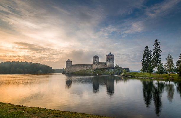Olavinlinna toimi varuskuntana aina vuoteen 1847 asti. Sen jälkeen linnaa käytettiin vähän aikaa vankilana, ja jäi vähäksi aikaa tyhjilleen ennen kuin komea rakennus alkoi kiinnostaa matkailukohteena.