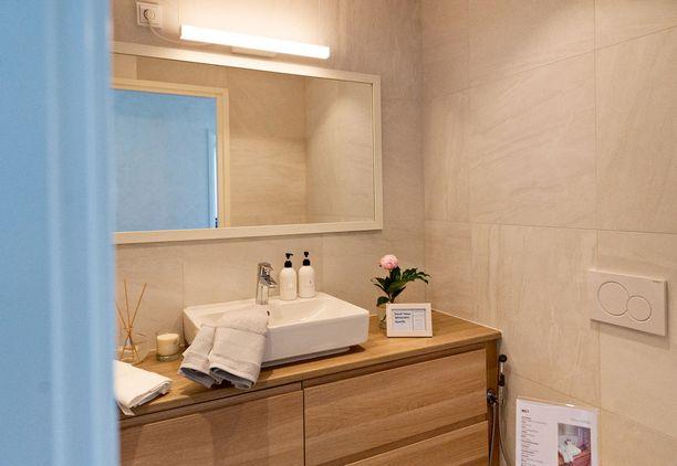Vessasta löytyy samoja sävyjä kuin makuuhuoneesta. Asunnon väritys on hyvin yhtenevä.
