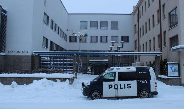 Keski-Suomen käräjäoikeus vangitsi miehen, jonka epäillään lyöneen vesurilla toista henkilöä tämän viikon tiistaina Jämsässä. Kuvituskuva.
