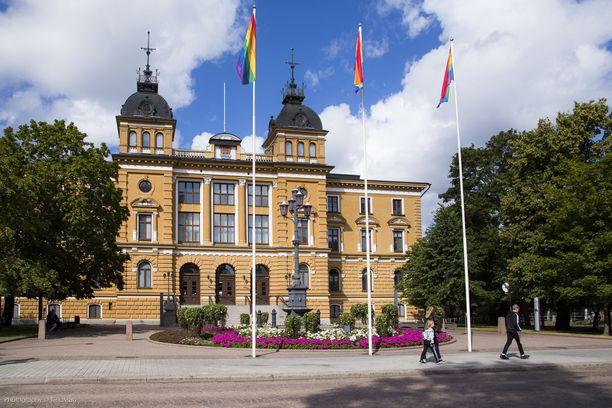 Oulun kaupungintalon sateenkaariliputus.