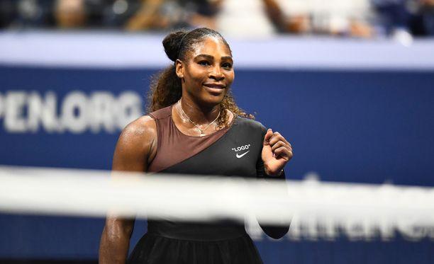 Serena Williams napsi voiton US Openin avausottelustaan suoraan kahdessa erässä.
