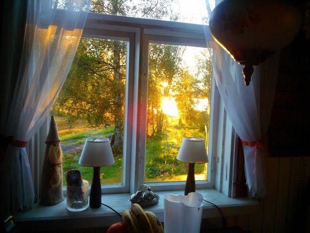 Tuvan ikkunasta voi katsella järven takaa nousevaa aurinkoa.