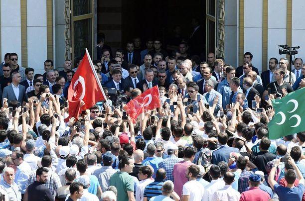 Kuvituskuva. Turkin presidentti Recep Tayyip Erdogan puhuu kannattajilleen Ankarassa perjantaina.