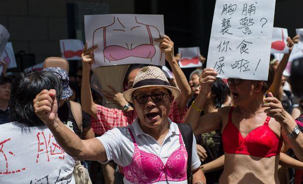 Rintaliiveistä tuli mielenosoituksen symboli Hongkongissa, kun protestoijat puolustivat tuomittua henkilöä, jota oli koskettu rintaan.
