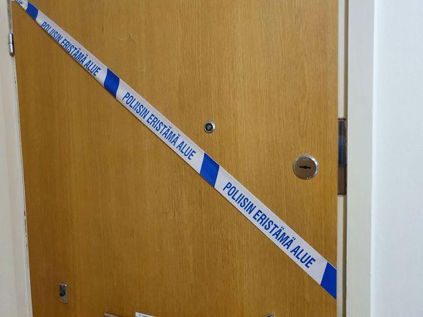 Surma-asunnon ovi oli teipattu elokuussa rikostutkinnan merkiksi.
