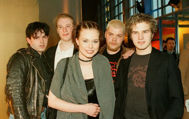 Timo Lavikainen nahkatakissaan vasemmalla Pitkä kuuma kesä -elokuvan näyttelijöiden kera vuonna 1999.