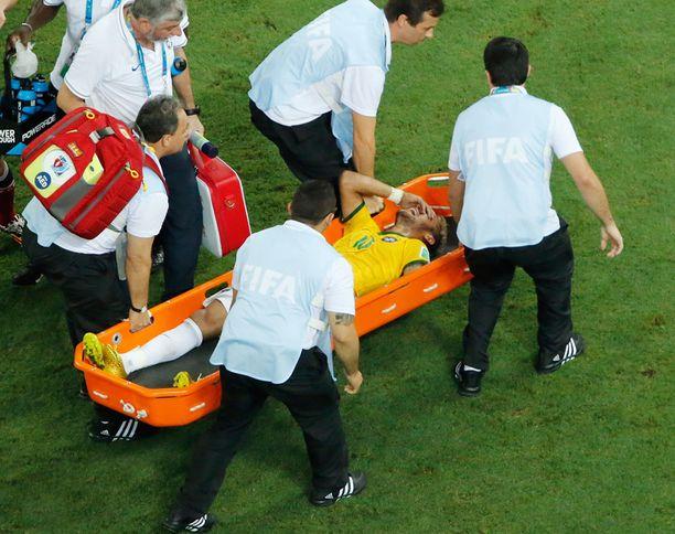 Loukkaantunut Neymar kannettiin kentältä ottelun toisella puoliajalla.