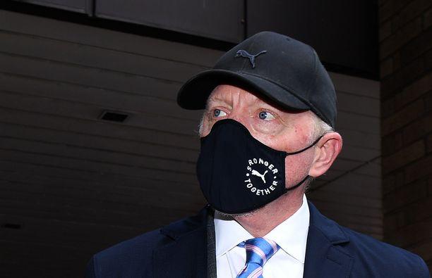 Boris Becker saapui oikeuteen ja käytti kasvomaskia.
