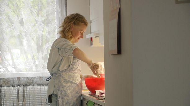 Heidi puuhastelee ja palvelee miestään kuin 50-luvun kotirouva.