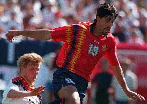 Espanjan tuttuun punaiseen ykköspelipaitaan on taiteiltu pystyraitainen kuviointi. Samaa tyyliä nähtiin vuoden 1994 MM-kisojen paidoissa.