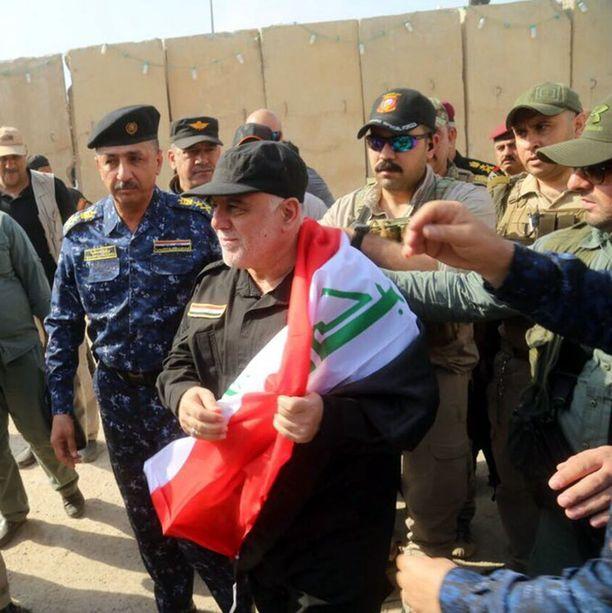 Irakin pääministeri saapui sunnuntaina Mosuliin onnittelemaan joukkojaan.