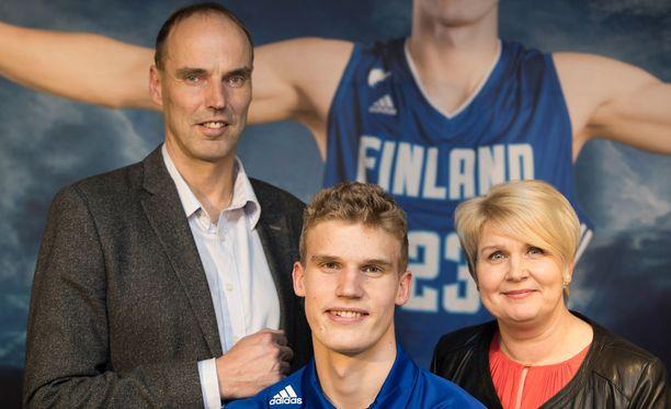 Pekka-isä ja Riikka-äiti seuraavat Lauri Markkasen edesottamuksia tiiviisti.