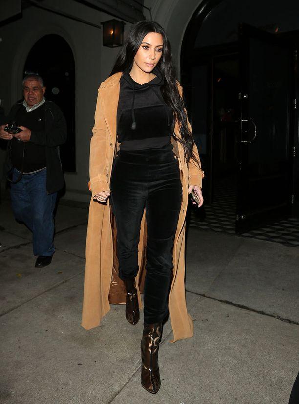 Kim Kardashian kuvattiin Hollywoodissa mustissa veluuriverkkareissa ja kamelitakissa.