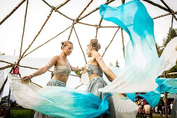 Crystal Crew on inspiroitunut geomeriasta, retrofuturismista ja modernista tanssista.