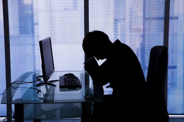 Korkea koulutus ja tulotaso lisäävät tutkimuksen mukaan sairaalahoidossa olleiden masentuneiden miesten itsemurhariskiä.