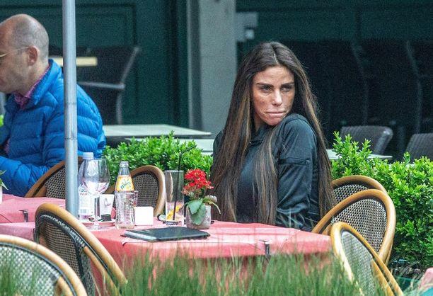 Katie Pricen kasvot näyttivät tunnistamattomalta Belgian lomalla.
