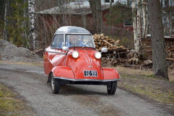 Lehtisen veljesten punainen Messerschmitt on tuttu näky Pyhärannan raitilla.