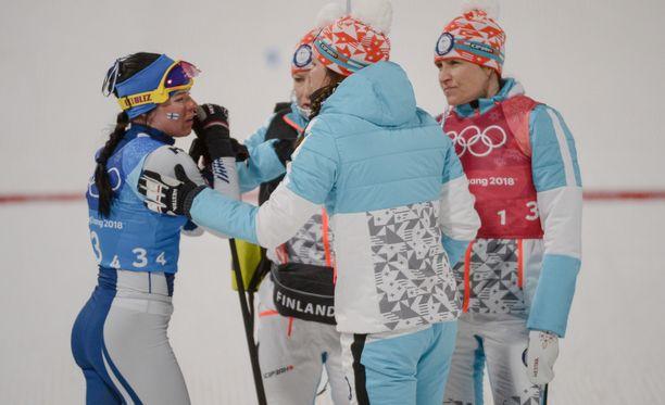 Krista Pärmäkoski (vasemmalla) ankkuroi Suomen maaliin neljäntenä.
