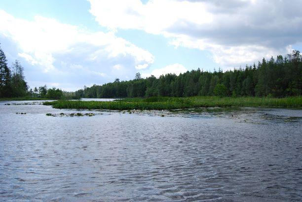 Pelastussukeltajat löysivät henkilön usean metrin syvyydestä. Kuvan järvi ei liity tapaukseen.